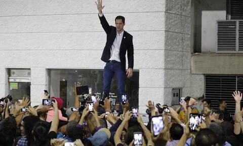 Βενεζουέλα: Επέστρεψε στο Καράκας ο Γκουαϊδό - Υποδοχή ήρωα και ένταση στο αεροδρόμιο