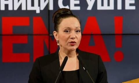 Χαμός στα Σκόπια με την πινακίδα «Δημοκρατία της Μακεδονίας»: Προς αποπομπή η υπουργός Εργασίας