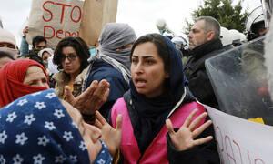 «Πολεμικό κλίμα» στα νησιά για τα κλειστά κέντρα: Διαμαρτυρία έξω από το υπ. Εσωτερικών