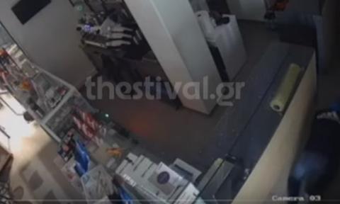 Βίντεο ντοκουμέντο: Διαρρήκτης «κομάντο» ξαφρίζει κατάστημα στη Θεσσαλονίκη