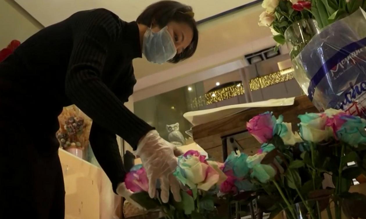 Απίστευτη: Ανθοπώλισσα στην Κίνα μαζί με μπουκέτα δίνει δώρο... απολυμαντικό χεριών