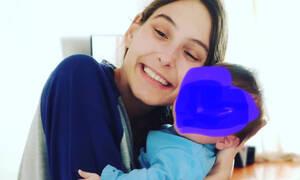Φωτεινή Αθερίδου: Φωτογραφίζει τον γιο της στην αγκαλιά του καλύτερου φίλου της (pics)