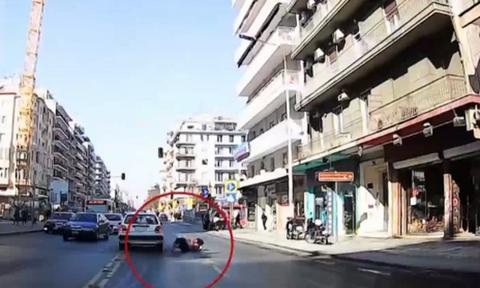 Θεσσαλονίκη: Σοκαριστικό βίντεο με παράσυρση πεζής σε κεντρικό δρόμο (video)
