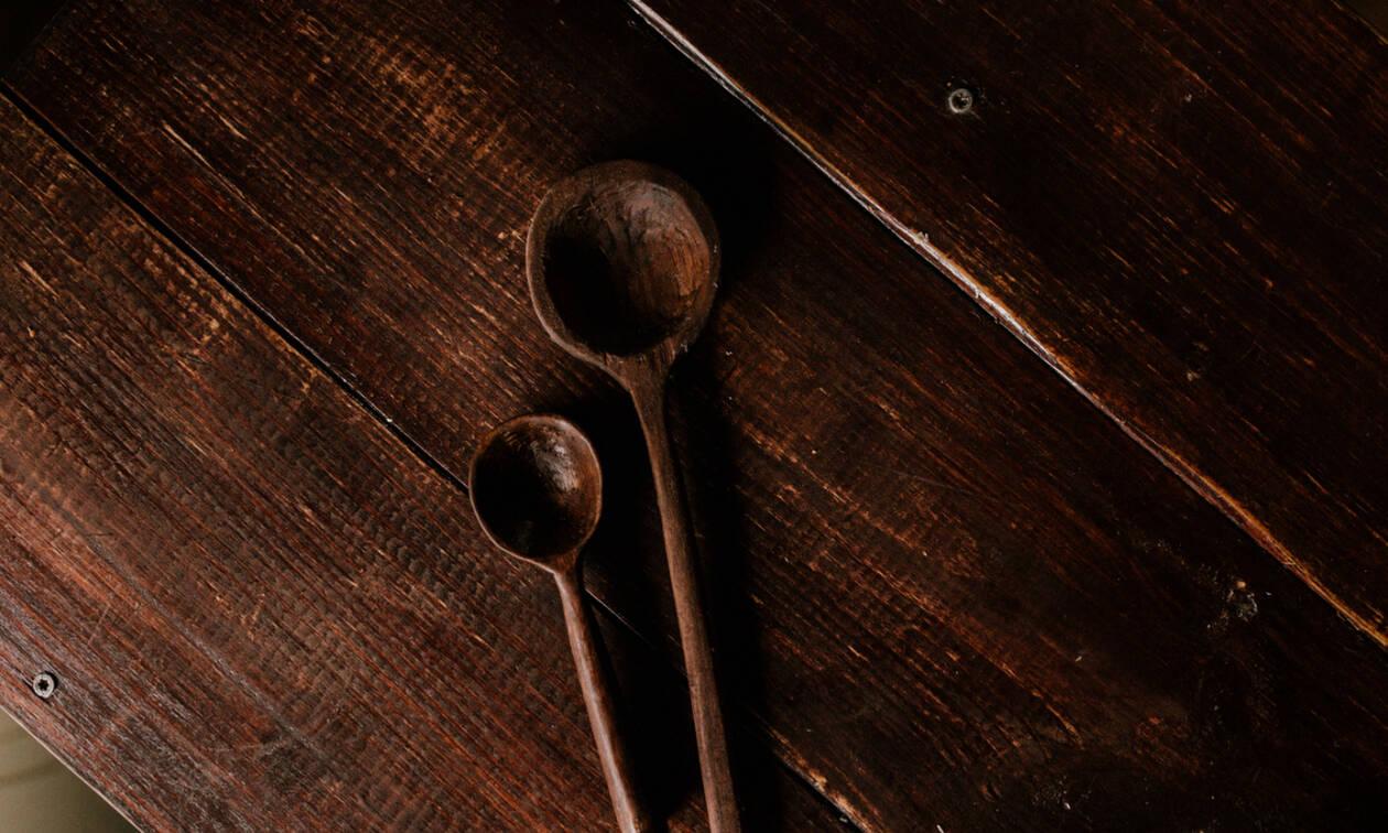 Πώς θα καθαρίσεις τις ξύλινες κουτάλες (κι όλα τα ξύλινα εργαλεία) με δύο υλικά