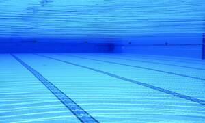 Εικόνες – σοκ σε πισίνα ξενοδοχείου: Αγοράκι βρίσκεται κάτω από το νερό για 4 λεπτά