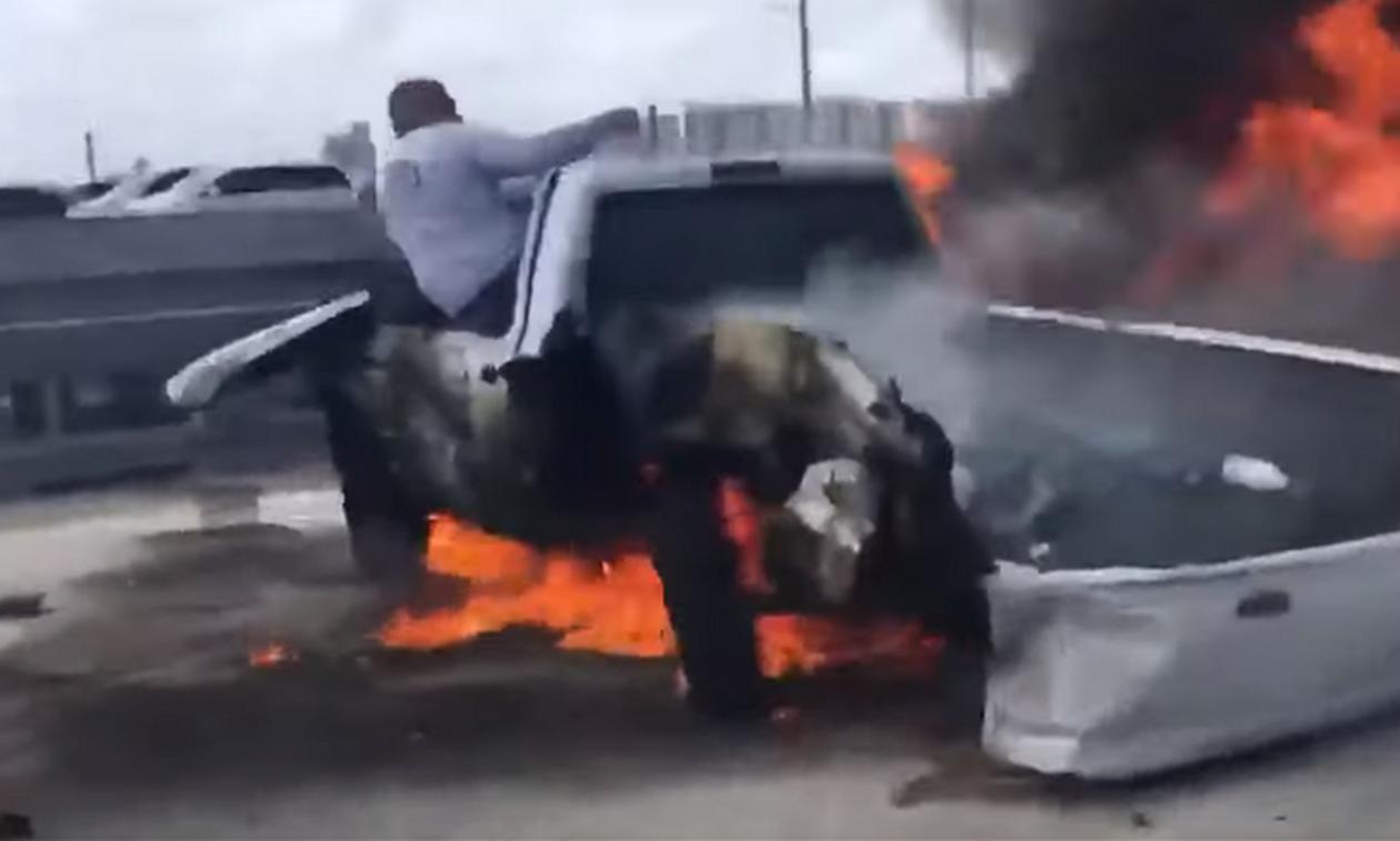 Σοκαριστικό βίντεο: Η στιγμή της διάσωσης άνδρα από φλεγόμενο όχημα