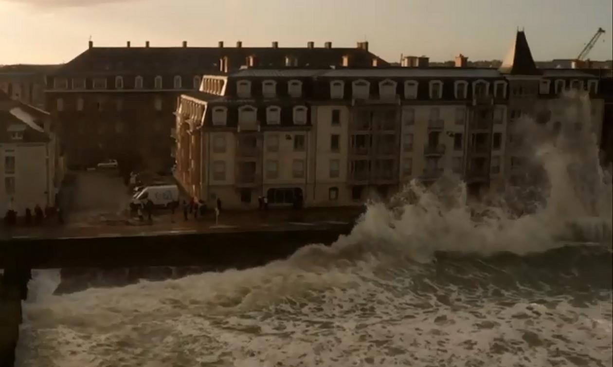 Συγκλονιστικές εικόνες! Πελώρια κύματα ξεπερνούν ύψος κτηρίων! (vids)