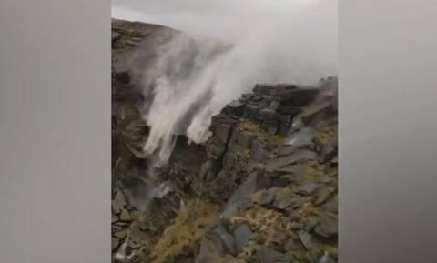 Τρομερό φαινόμενο! Νερά καταρράκτη γυρίζουν πίσω - Δεν φαντάζεστε τον λόγο (vid)