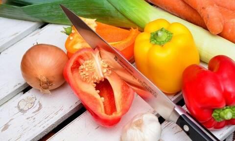 Σάλος: Δείτε τι βρήκαν μέσα σε πιπεριά που αγόρασαν από παντοπωλείο