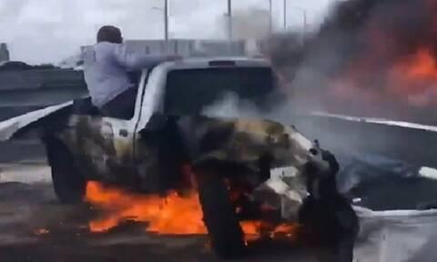 Εικόνες ΣΟΚ - Αυτοκίνητο πήρε φωτιά και τραβούσαν βίντεο, εκτός… (vid)