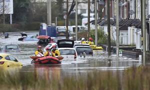 Μεγάλη Βρετανία: «Θανάσιμος κίνδυνος» από την καταιγίδα «Ντένις» - Δείτε συγκλονιστικά βίντεο