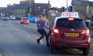 Δασκάλα οδήγησης κάνει την κίνηση της χρονιάς για να μη σκοτώσει πεζή που τρέχει στο δρόμο (video)