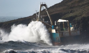 Μυστήριο με πλοίο - φάντασμα που ξεβράστηκε στην ακτή (pics)