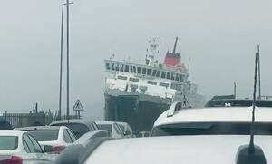 Ώρες αγωνίας - Τεράστιο πλοίο δεν μπορεί να δέσει στο λιμάνι λόγω έντονων ανέμων (pics+vid)