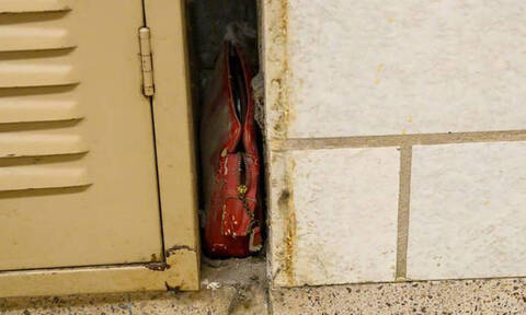 Γεμάτη πολύτιμες αναμνήσεις: Χαμένη τσάντα νεαρής μαθήτριας βρέθηκε μετά από 80 χρόνια