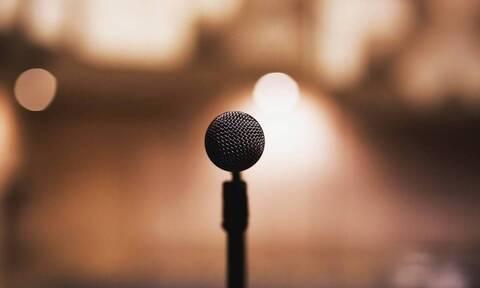 Πανικός σε συναυλία: Πασίγνωστος τραγουδιστής έπεσε στη σκηνή (pics)