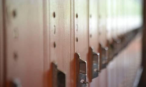 Πήγε να φτιάξει σχολικό ντουλάπι - «Πάγωσε» μ' αυτό που είδε από πίσω (pics)