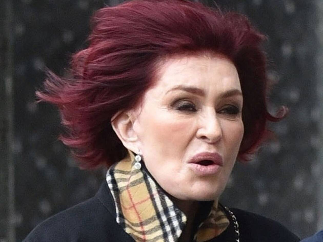 0_PAY-EXCLUSIVE-Sharon-and-Kelly-Osbourne-battling-strong-gusts-of-wind-as-they-headed-into-Soho-House-i.jpg