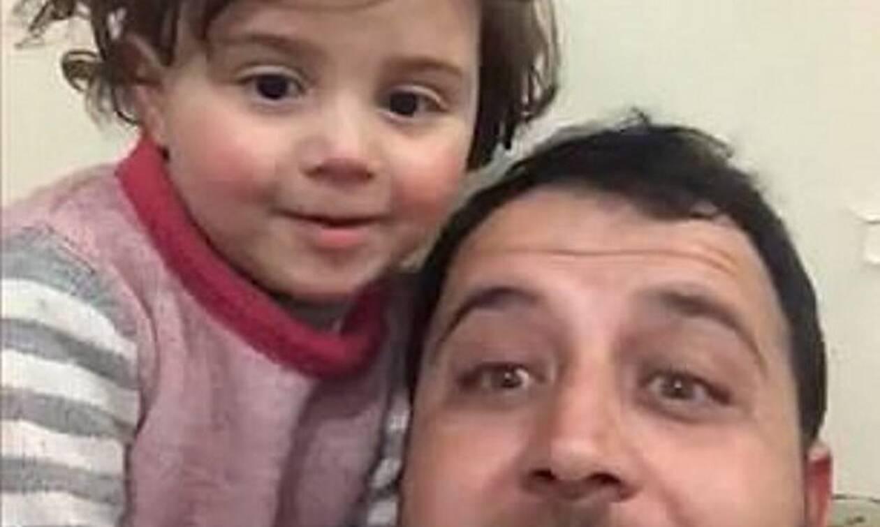 Χαμόγελο μέσα στην απόγνωση: Πατέρας στη Συρία έμαθε την κόρη του να γελάει με τους βομβαρδισμούς