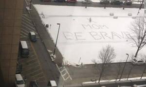 «Μαμά, να είσαι γενναία»: Mήνυμα ελπίδας στο χιόνι από την κόρη καρκινοπαθούς