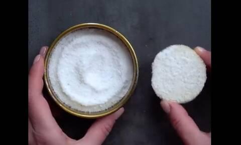 Κόβει μία πατάτα και την βάζει στο αλάτι - Μόλις δείτε γιατί θα τρελαθείτε (vid)
