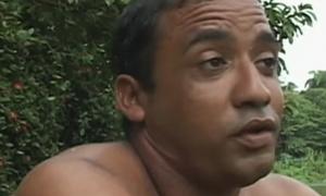 Ο άνδρας που κερδίζει τα προς το ζην με… τα 12 δάχτυλά του (video)