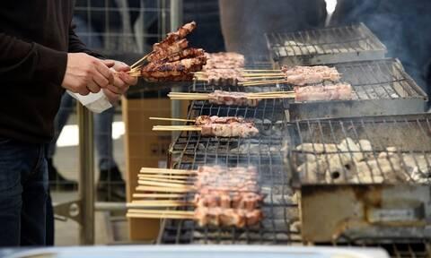 Θεσσαλονίκη: Ο καιρός «φρενάρει» τις παραγγελίες κρεάτων για το έθιμο της Τσικνοπέμπτης