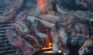 Τσικνοπέμπτη: Έβαλαν προβατίνα στα κάρβουνα και ντουμανιάσανε τον κόσμο! (vid)