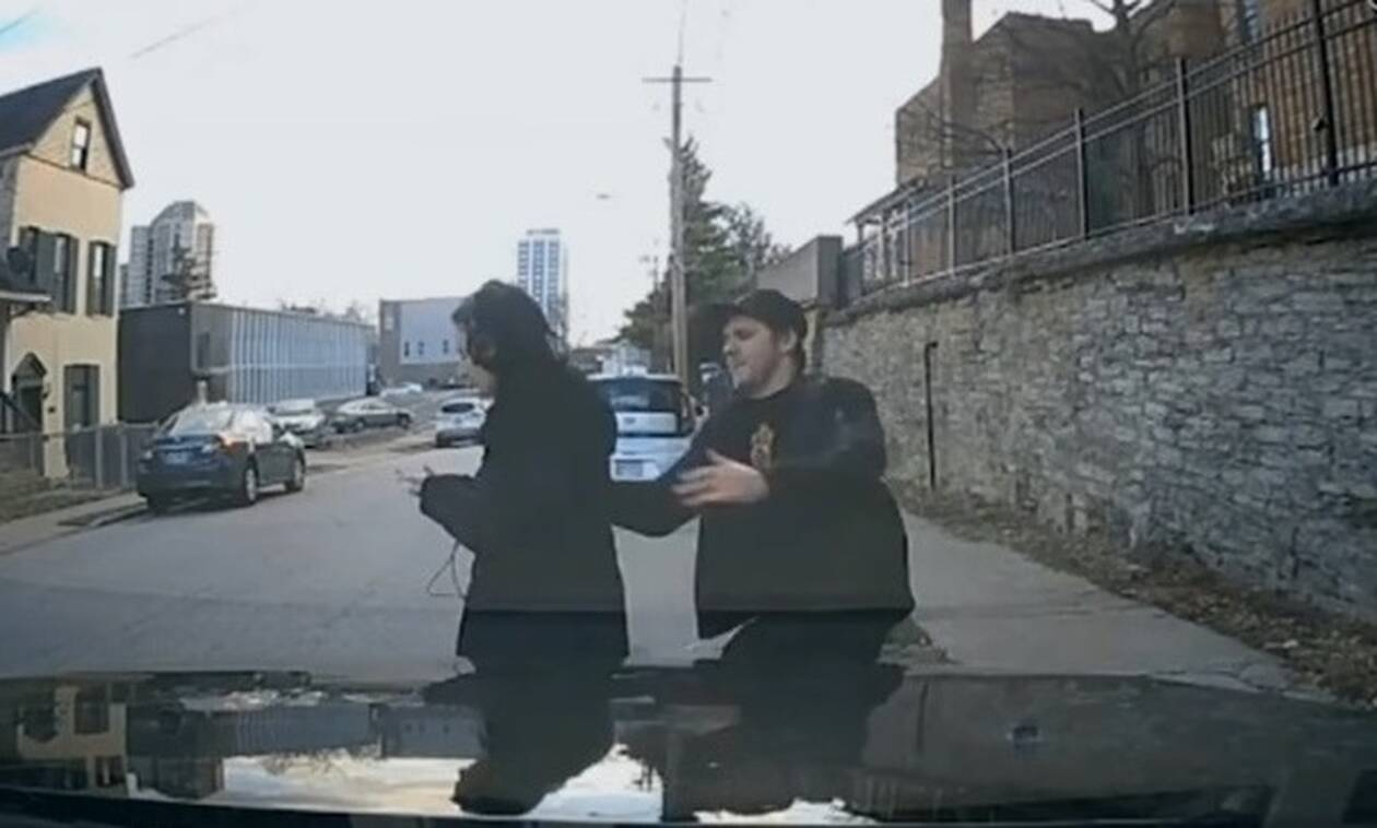 Την είδε να βγαίνει στον δρόμο χωρίς να βλέπει - Αυτό που έκανε θα σας συγκινήσει (vid)