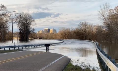 Είχαν πλημμυρίσει οι δρόμοι - Δεν φαντάζεστε τι έβγαλε με τα χέρια του! (vid)