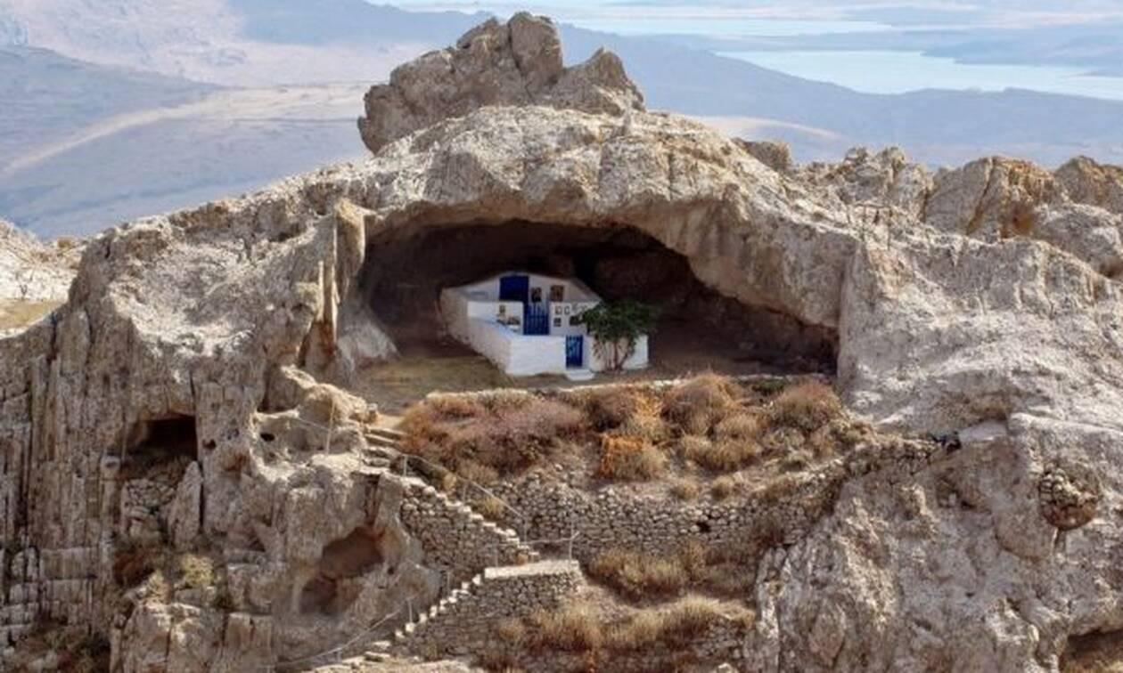 Αυτή είναι η πιο όμορφη εκκλησία της Ελλάδας! Δεν έχει σκεπή και βρίσκεται κάτω από βράχο! (pic)