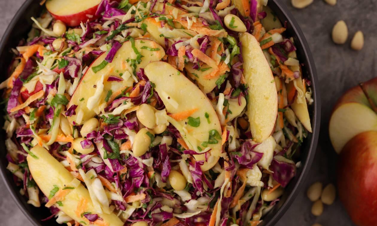 Η συνταγή της ημέρας: Σαλάτα με κόκκινο λάχανο και μήλο