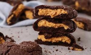 Η συνταγή γλυκιά της ημέρας: Σοκολατένια μπισκότα γεμιστά με φυστικοβούτυρο