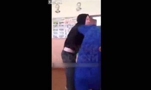 Τρομερό ξύλο! Μαθητής έριξε μπουνιές στην καθηγήτρια (vid)