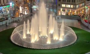 Ομόνοια: Η ιστορική πλατεία αλλάζει και εντυπωσιάζει με χρώματα και φαντασμαγορικό συντριβάνι