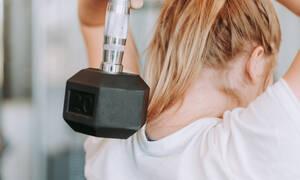 Θες γυμνασμένα μπράτσα; Αυτή είναι η άσκηση που πρέπει να ακολουθήσεις