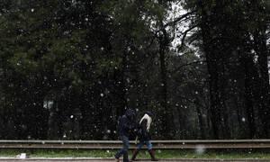 Καιρός: Πού χιονίζει και πότε ανεβαίνει ξανά ο υδράργυρος