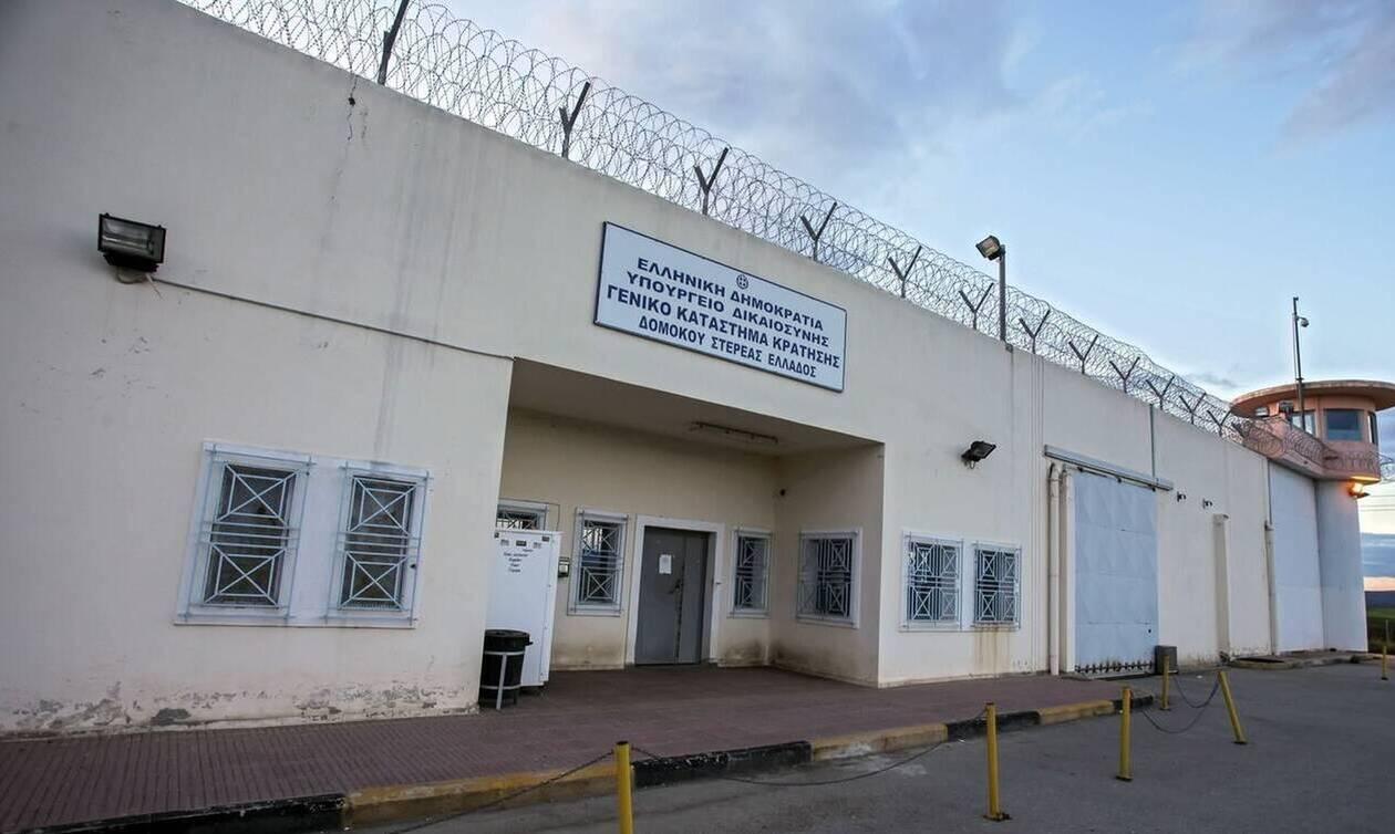 Δομοκός: Βαρυποινίτης προσπάθησε να περάσει κινητό στις φυλακές - Το έκρυψε σε εικόνα της Παναγίας