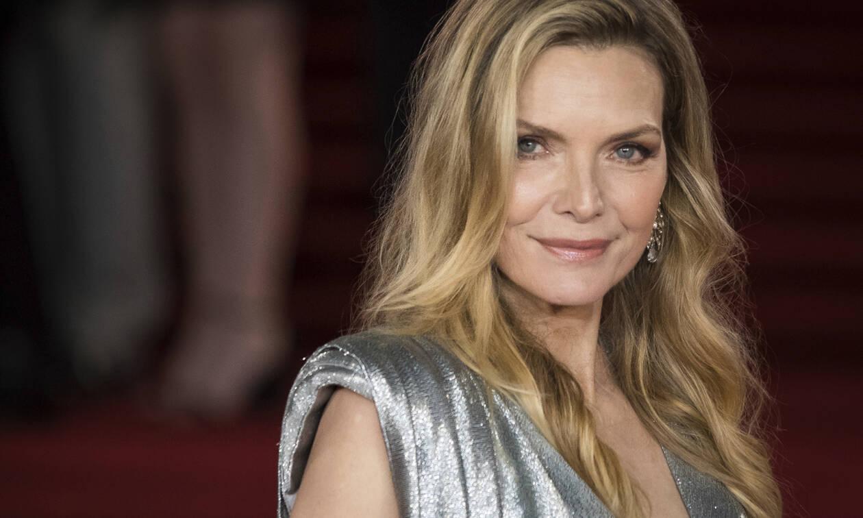 Έχεις δει την κορμάρα της Michelle Pfeiffer στα 61 της χρόνια; Μάλλον μας κοροϊδεύει...