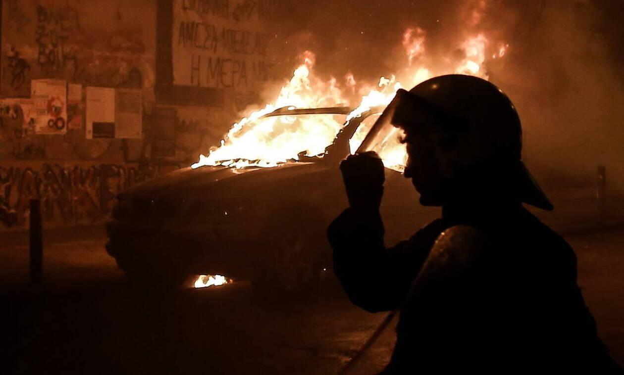 Αθήνα: Στις φλόγες οχήματα σε Σταδίου και Πειραιώς