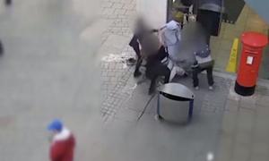 Σοκαριστικό βίντεο: Άνανδρη επίθεση τεσσάρων ατόμων σε άστεγο
