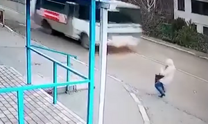 Εικόνες ΣΟΚ - Γλίστρησε στον δρόμο την ώρα που περνούσε λεωφορείο! (vid)