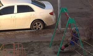 Έδεσε κούνια παιδικής χαράς με σκοινί - Δεν φαντάζεστε από που κουνούσε το παιδί! (pics+vid)