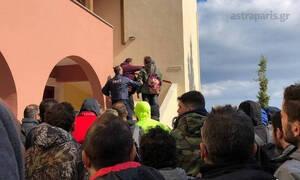 Επεισόδια στη Χίο: Βίντεο από την εισβολή κατοίκων σε ξενοδοχείο όπου μένουν άνδρες των ΜΑΤ