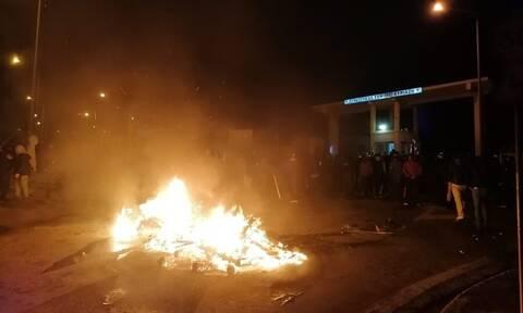 ΤΩΡΑ - Μυτιλήνη: Άνδρες των ΜΑΤ «ταμπουρώθηκαν» σε στρατόπεδο -  Πολιορκούνται από κατοίκους