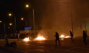 Χάος στη Μυτιλήνη: Μάχες σώμα με σώμα κατοίκων με ΜΑΤ έξω από το στρατόπεδο Κυριαζή