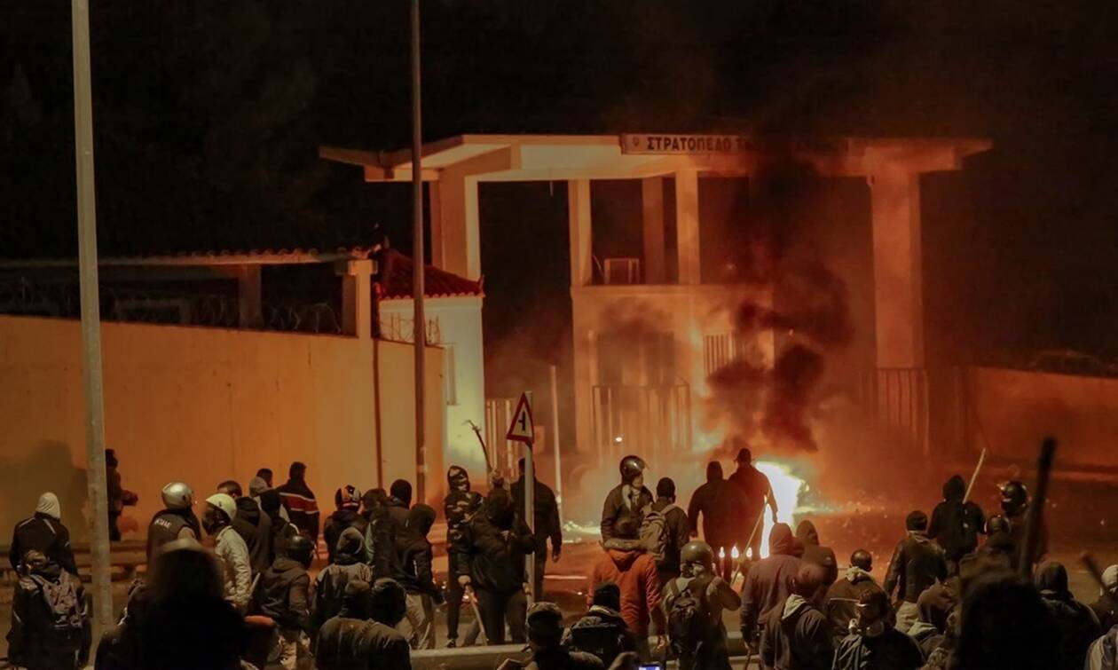 «Κόλαση» σε Χίο και Μυτιλήνη: Πυροβολισμοί, ξύλο και απειλές - Άτακτη υποχώρηση από τα ΜΑΤ