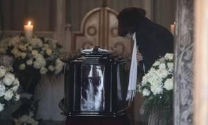 Κηδεία Κώστα Βουτσά: Σε λαϊκό προσκύνημα η σορός του - Πλήθος κόσμου αποχαιρετά τον «αιώνιο έφηβο»