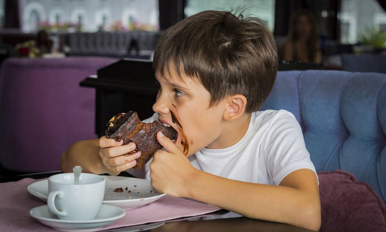 Φαγητό για παιδιά: Υγιεινό σοκολατένιο κέικ με κολοκυθάκια (vid)
