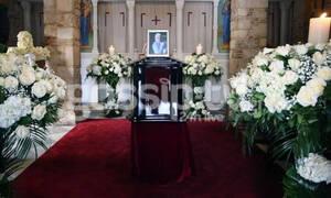 Κώστας Βουτσάς: Συντετριμμένη η Αλίκη Κατσαβού στο παρεκκλήσι της Μητρόπολης– Το στεφάνι που έστειλε
